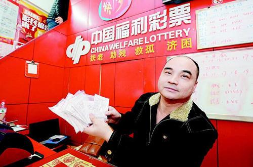 江传洪展示老潘此前的彩票